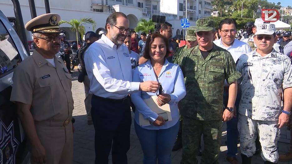 El gobernador entrega una patrulla al Ayuntamiento de Manzanillo